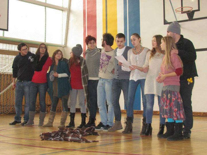 Spektaklio mokykloje finalinė daina. Nuotrauka Rúben Toy.
